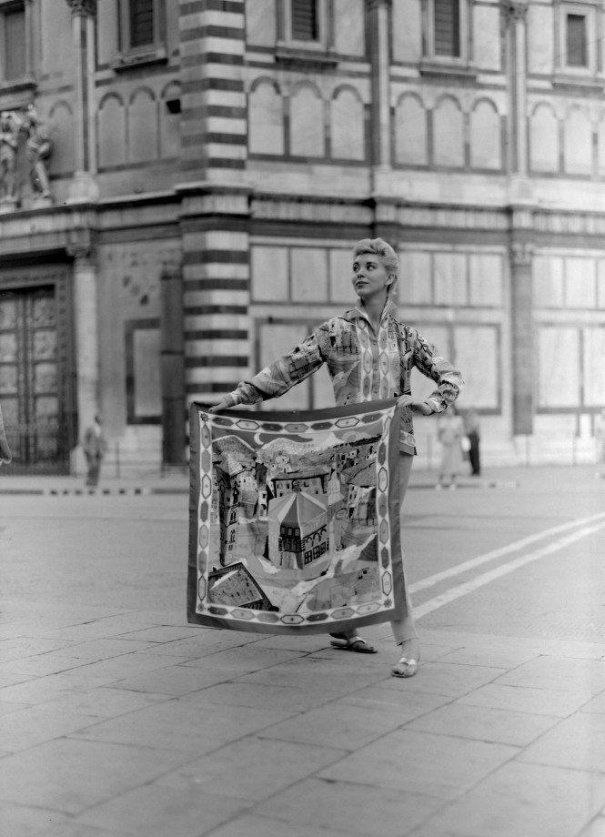 Modella-indossa-camicia-in-seta-stampata-disegno-Battistero-vista-frontale-con-foulard-1957-665x920